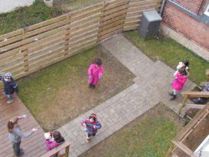 Elever leger i gård - praktikstuderende.